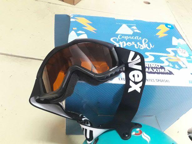 Capacete e equipamento  de esquiar   criança