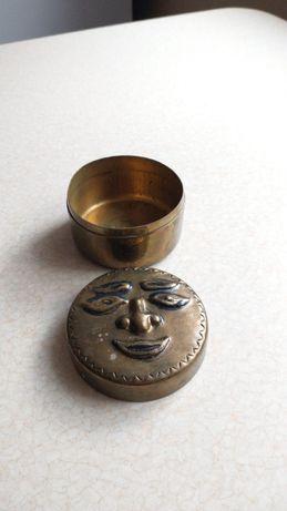 Mosiezna szkatulka z twarza 8 cm srednicy