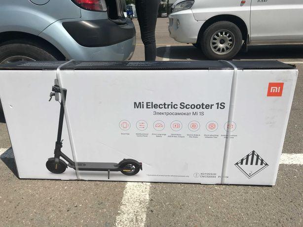 Электросамокат Xiaomi Mi Scooter 1S (Black)