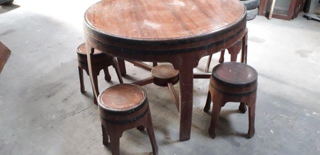 Mesa rústica e bancos