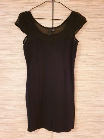 Mała czarna, sukienka dopasowana do sylwetki