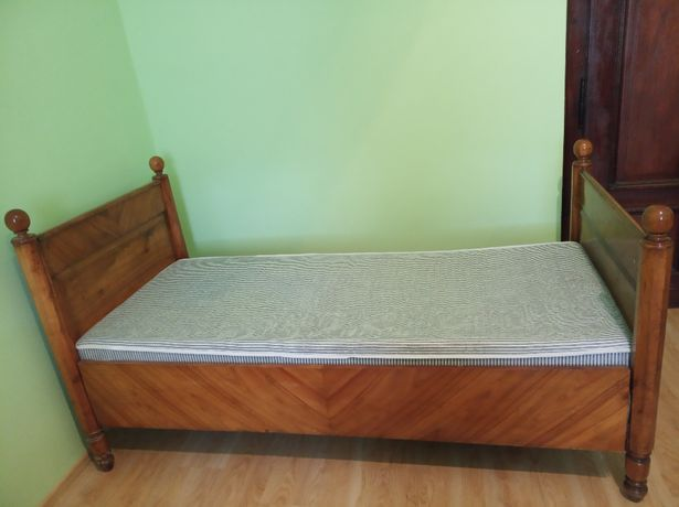 Stare drewniane łóżko