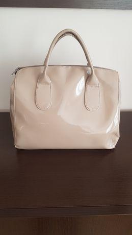 Beżowa lakierowana torebka kuferek