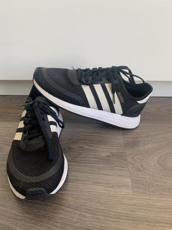 Tenis pretos de Adidas
