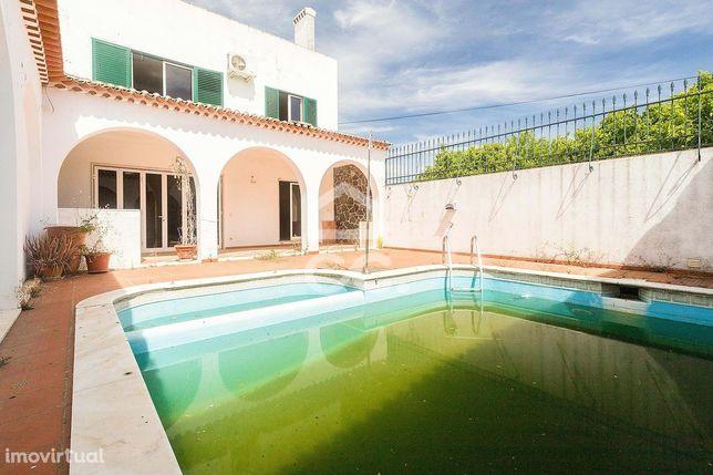 Moradia T5+1 com quintal, sótão com terraço, garagem e piscina | Vila