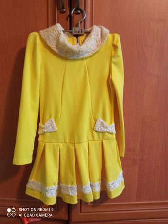 Жёлтое платьице с белой отделкой