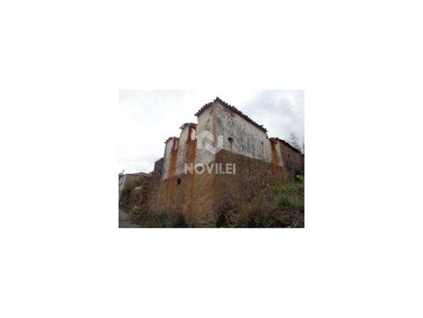 Moradia T2 em ruínas com 80 m2, localizada em Figueiró do...