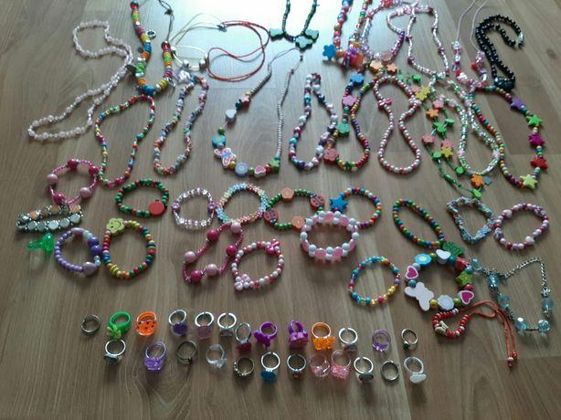 Naszyjniki, bransoletki i pierścionki dla dziewczynki.