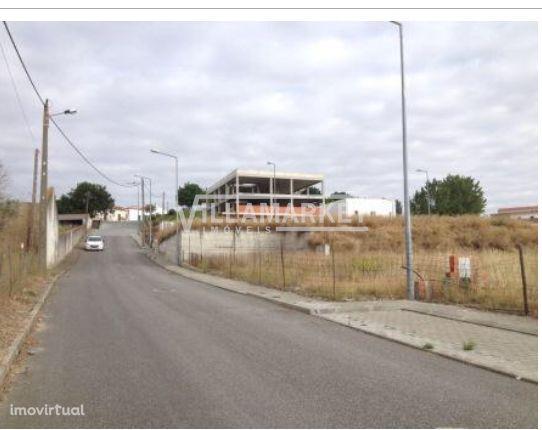 Lote de terreno com 439m2 para comércio e habitação situado no Alvito