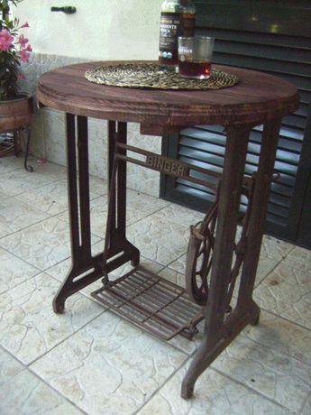 Mesa rústica em madeira maciça com base vintage