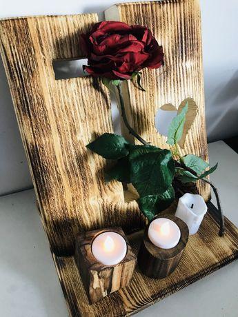 stroik stojący drewniany kompozycja na cmentarz z lampkami i kwiatami