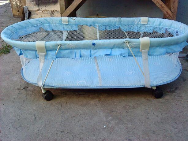 продаю манеж-кроватка маленький на колесиках