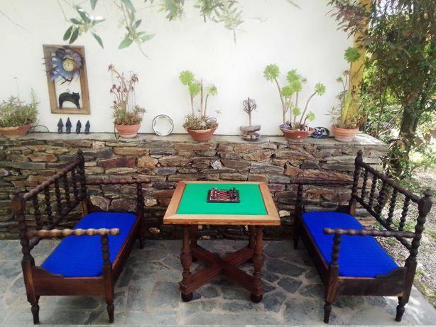 Móveis antigos - canapés e mesa antiga com tampo de jogo