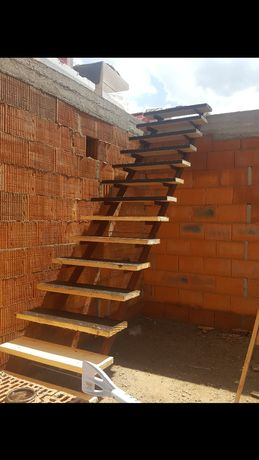 schody na budowe stalowe stopnie drewniane