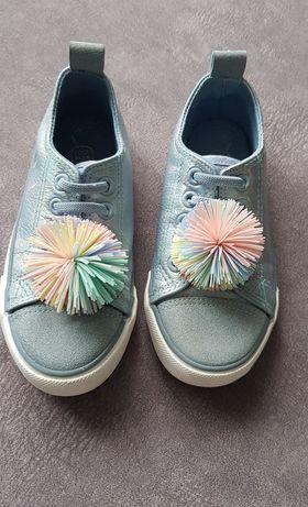 Wsuwane buciki z pomponami