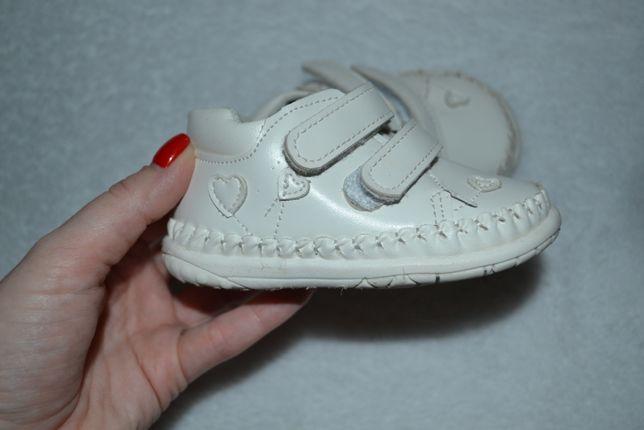 Первые кроссовочки для малышки