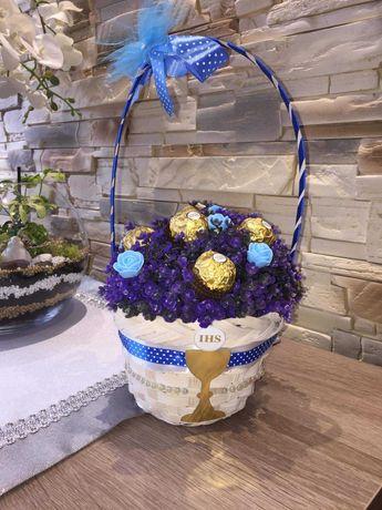 Bukiecik cukierki w koszyku na komunie