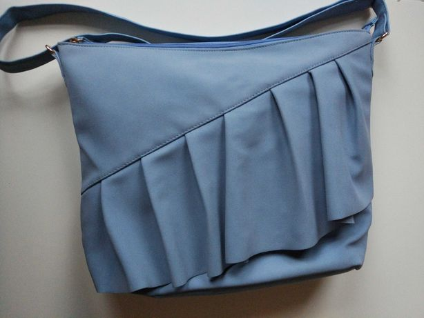 Torebka Avon, falbana, kolor gołębi błękit.