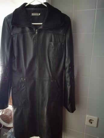 Casaco de pele preto usado