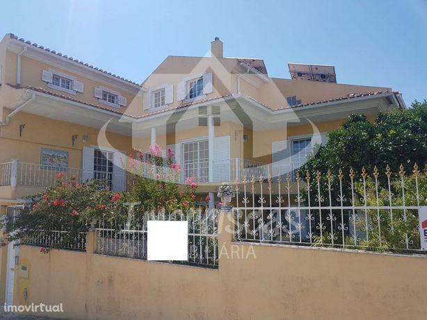 Moradia V7 com 3 pisos localizada na Portela da Azóia, co...