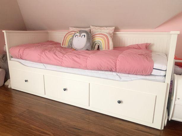 Białe łóżko ikea hemnes