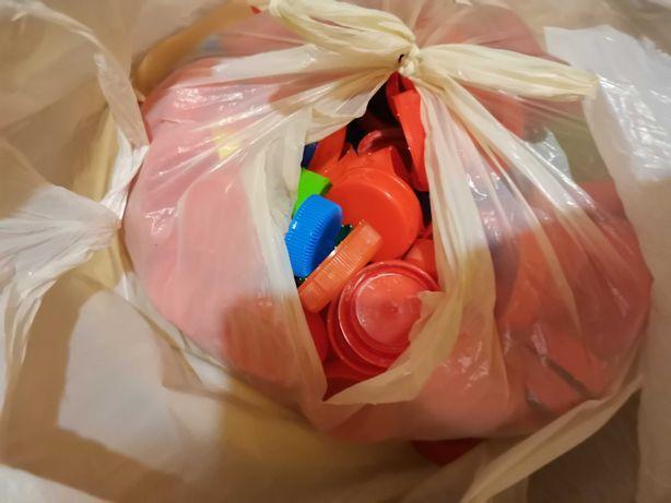 Paka plastikowych nakrętek