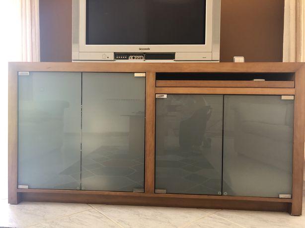 Móvel de madeira com portas em vidro 1.6mx0.8m