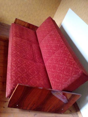 Używana czerwona kanapa