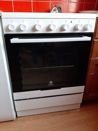 Kuchenka elektryczna z piekarnikiem firmy Electrolux