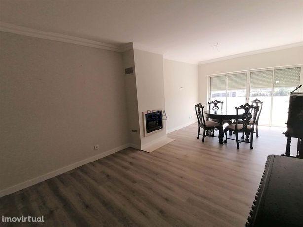 Apartamento de um quarto, sala com lareira e duas varandas. Vista de M
