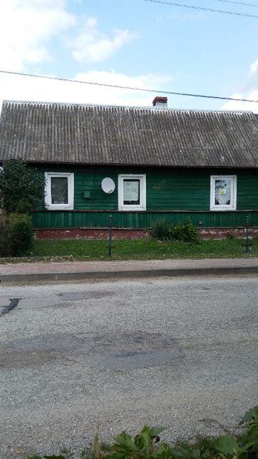 Dom drewniany z zabudową gospodarczą.