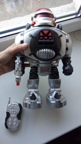 Робот на пульту.