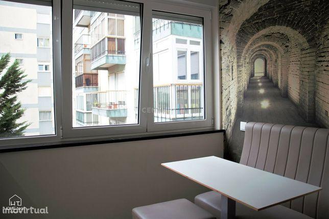 Apartamento T2 em Carnaxide, renovado com imenso gosto, com duas frent