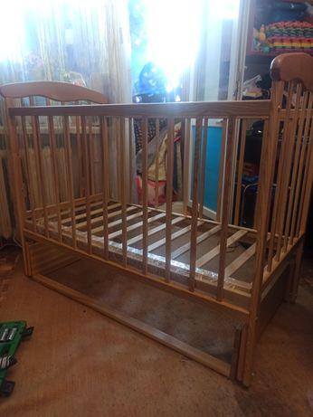 Кроватка детская с матрасом и один новый комплект постельного.