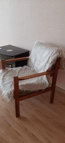 Piękny fotel wyściełany futrem