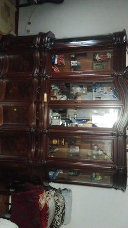Mesa sem cadeiras  , com um armário , mais um com espelho