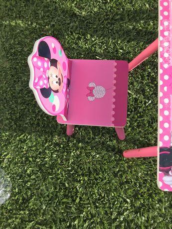 Mesa /secretaria +cadeira Minnie com suporte para rolo de papel .