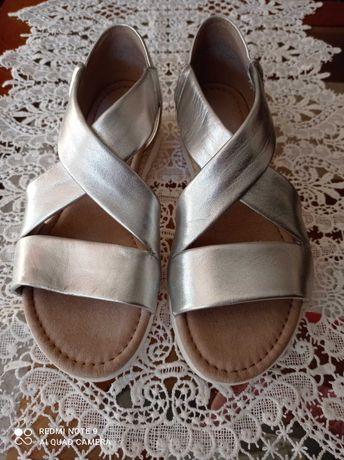 Sandálias em pele prateada