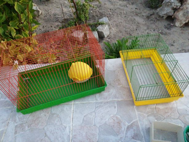 Duas gaiolas para hamster