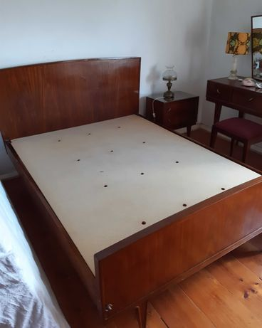 Mobília de quarto vintage (cama, cómoda e cadeira).