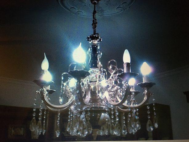 Candeeiro de tecto em porcelana e pendentes em cristal.
