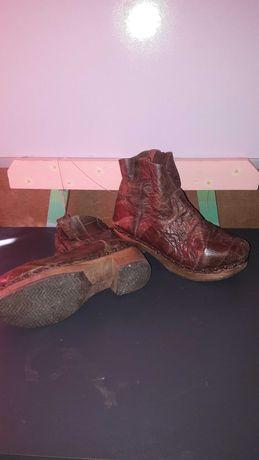 Botins em pele e botas cowboy detalhes pele de cobra