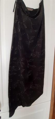 Czarna sukienka z wyszywanymi kwiatami