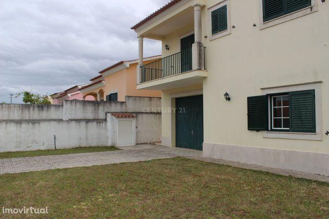 Moradia de 3 pisos com 7 quartos e 4 casas de banho, em lote de 745m2