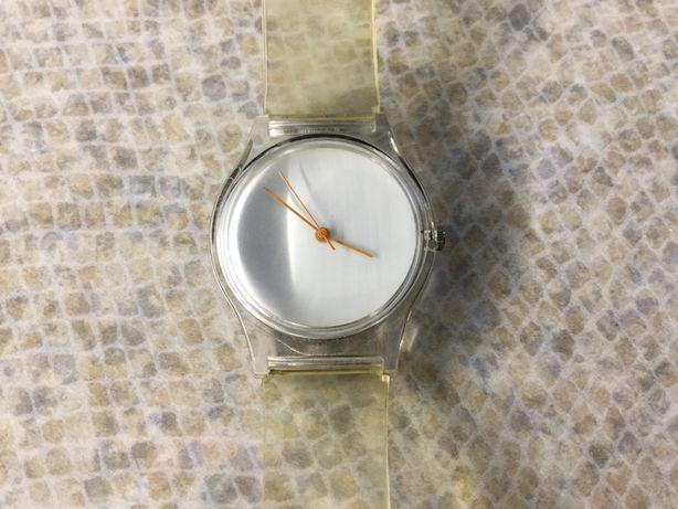 Часы кварцевые женские.