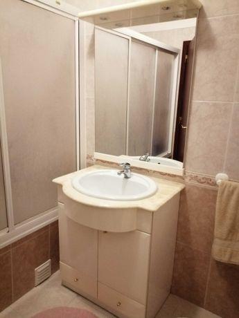 Conjunto de móvel, espelho e torneira de casa de banho