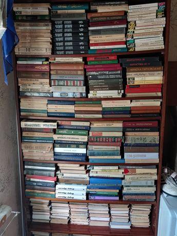 Книги вместе со шкафом