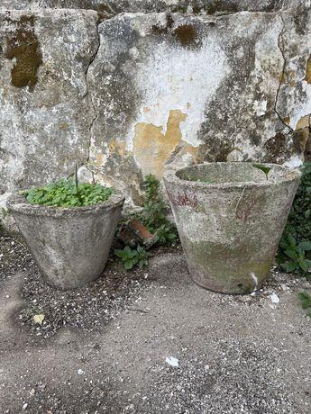 Vasos antigos em cimento