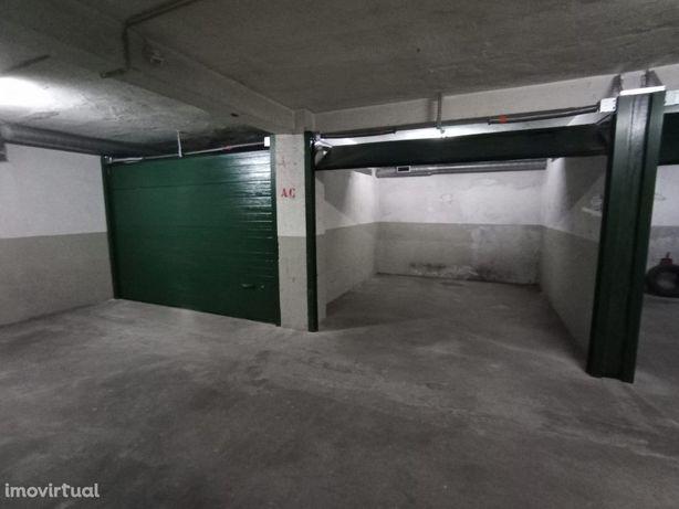 Garagem fechada - Oliveira do Douro