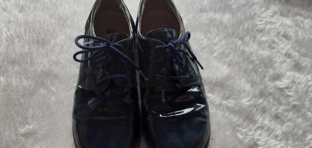 Sapatos de menino azul marinho em verniz